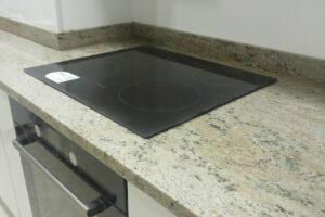Світла стільниця на кухню з вбудованою варильною панеллю