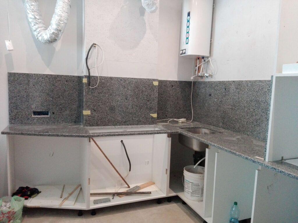 Столешница для кухни из Покостовского гранита с фартуком и вырезом под мойку