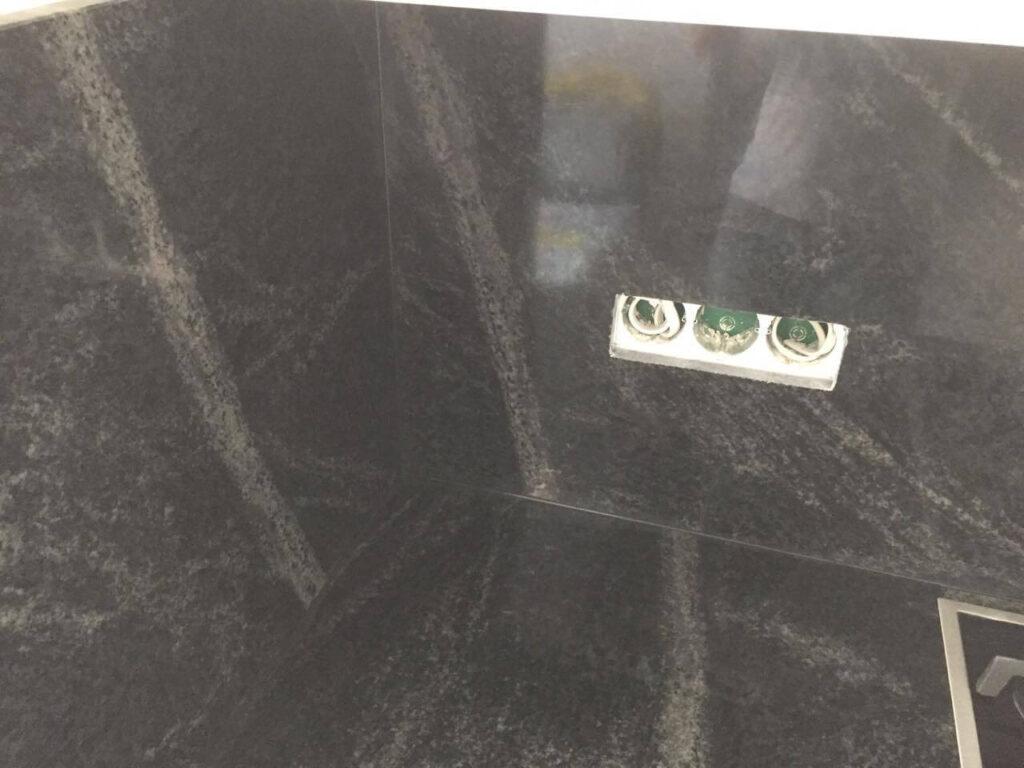 Кухонная столешница из гранита Pantera Grey с вырезами под розетки