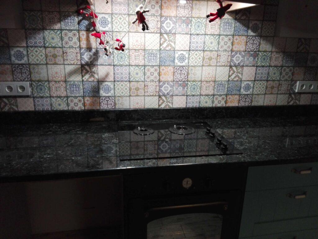 Столешница кухонная из лабрадорита Irina Blue на зелёном фасаде (плита)