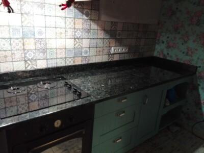 Столешница кухонная из лабрадорита Irina Blue на зелёном фасаде (ящики)