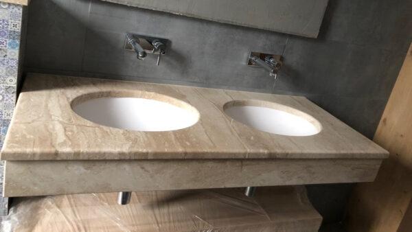 Столешница с вырезом под раковину из мрамора Daino Reale