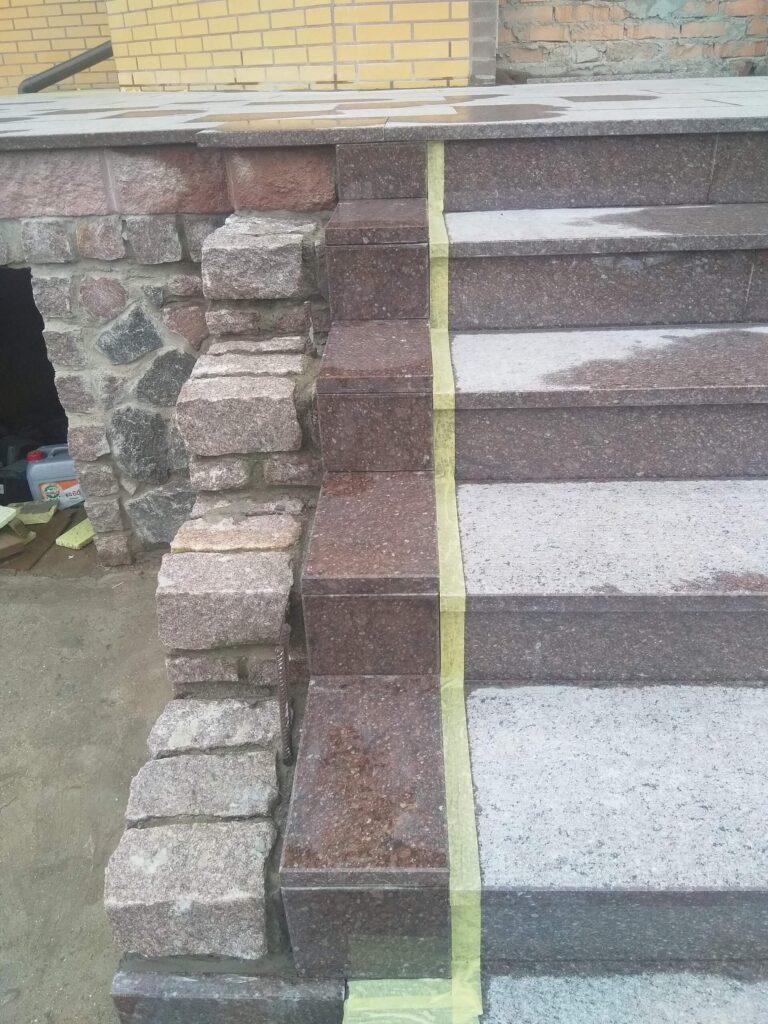 Затирка левой части лестницы из гранита Ток